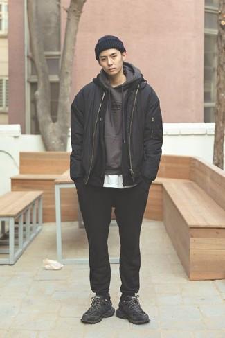 Модные мужские луки 2020 фото: Черный бомбер и черные спортивные штаны — отличный вариант для вечера с друзьями. Такой ансамбль несложно приспособить к повседневным условиям городской жизни, если закончить его черными кроссовками.