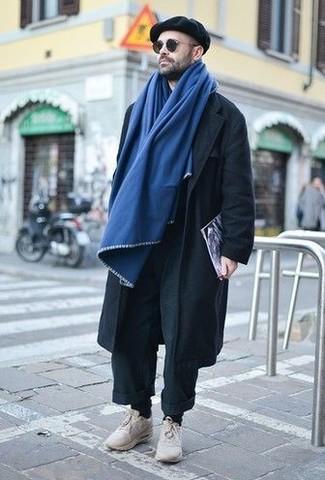 Как и с чем носить: черные брюки чинос, бежевые кроссовки, черная кепка, синий шарф