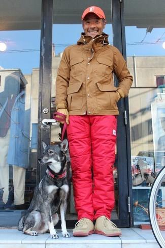 Как и с чем носить: коричневая ветровка, розовые брюки карго, бежевые замшевые ботинки дезерты, оранжевая бейсболка