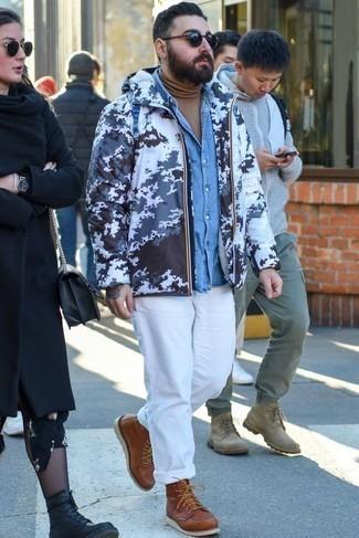 Голубая джинсовая рубашка: с чем носить и как сочетать мужчине: Для вечера в кино или кафе чудесно подойдет тандем голубой джинсовой рубашки и белых брюк чинос. Хочешь сделать лук немного элегантнее? Тогда в качестве обуви к этому луку, стоит обратить внимание на коричневые кожаные повседневные ботинки.
