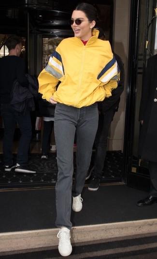 Как и с чем носить: желтая ветровка, красная водолазка, серые джинсы, белые кожаные низкие кеды
