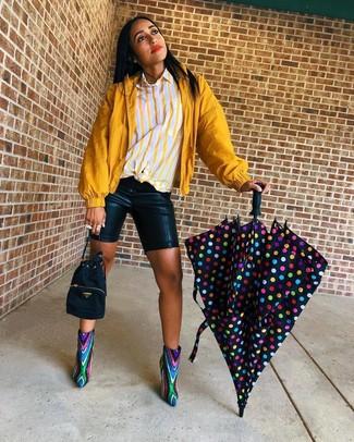 Как и с чем носить: горчичная ветровка, желтая классическая рубашка в вертикальную полоску, черные кожаные велосипедки, разноцветные ботильоны с пайетками