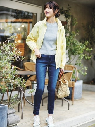 Как и с чем носить: желтая ветровка, серая кофта с коротким рукавом, темно-синие джинсы скинни, белые низкие кеды из плотной ткани