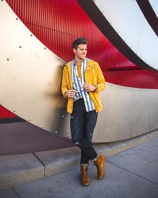 Модный лук: желтая ветровка, бело-синяя рубашка с длинным рукавом в вертикальную полоску, горчичная футболка с круглым вырезом, темно-синие рваные джинсы