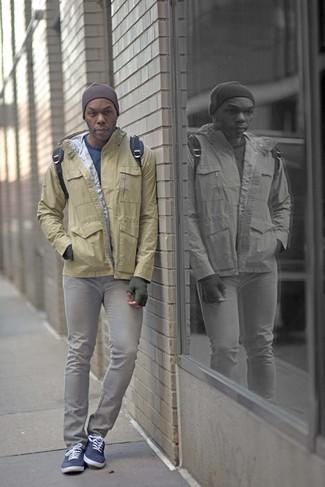 Как и с чем носить: светло-коричневая ветровка, синий свитер с круглым вырезом, серые зауженные джинсы, темно-синие низкие кеды из плотной ткани