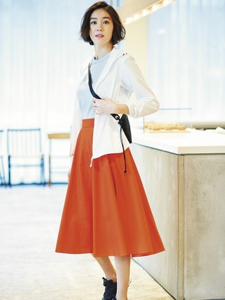 Как и с чем носить: белая ветровка, голубой свитер с круглым вырезом, красная юбка-миди со складками, черные кроссовки
