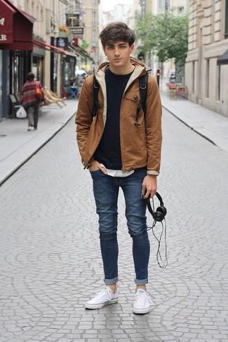 Как и с чем носить: табачная ветровка, черный свитшот, белая футболка с круглым вырезом, темно-синие зауженные джинсы