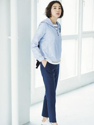 Как и с чем носить: голубая ветровка, бело-черная футболка с круглым вырезом в горизонтальную полоску, темно-синие брюки-галифе, белые низкие кеды из плотной ткани