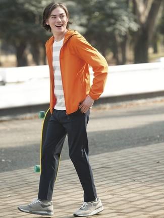 Как и с чем носить: оранжевая ветровка, белая футболка с круглым вырезом в горизонтальную полоску, черные брюки чинос, серые замшевые низкие кеды