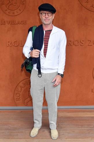 Как и с чем носить: белая ветровка, красная футболка с круглым вырезом в горизонтальную полоску, белые брюки чинос в вертикальную полоску, бежевые кожаные слипоны