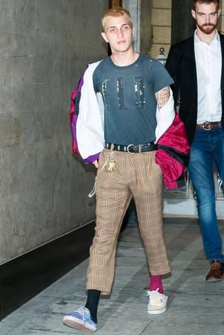 Как и с чем носить: пурпурная ветровка, темно-бирюзовая футболка с круглым вырезом с принтом, коричневые брюки чинос в шотландскую клетку, синие низкие кеды из плотной ткани