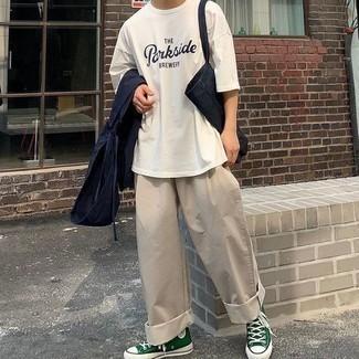 Мужские луки: Примерь сочетание темно-синей ветровки и бежевых брюк чинос, и ты получишь стильный непринужденный мужской образ для повседневной носки. Любишь смелые решения? Можешь дополнить свой ансамбль темно-зелеными высокими кедами из плотной ткани.