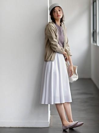 Как и с чем носить: бежевая ветровка, серая футболка с круглым вырезом, белая юбка-миди со складками, серые замшевые балетки