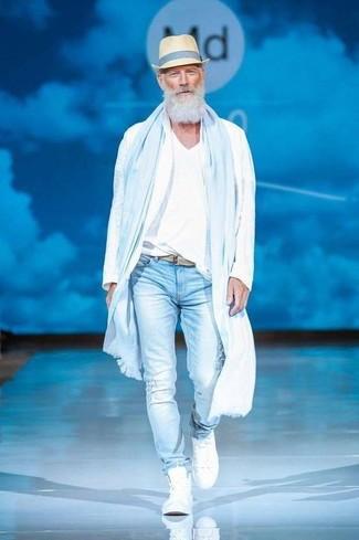 Как и с чем носить: белая ветровка, белая футболка с v-образным вырезом, голубые рваные зауженные джинсы, белые высокие кеды
