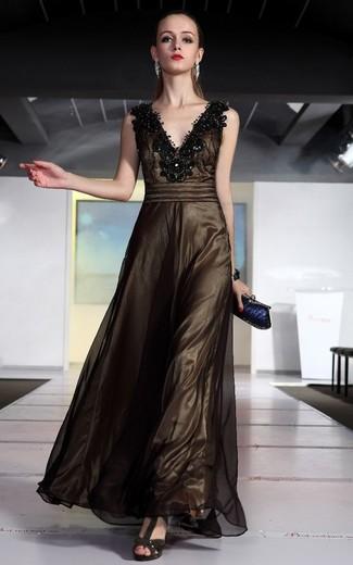 Как и с чем носить: темно-коричневое вечернее платье в сеточку с украшением, темно-коричневые замшевые босоножки на каблуке, темно-синий клатч, серебряный браслет