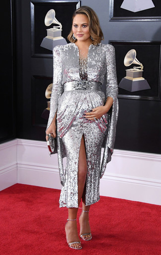 Как и с чем носить: серебряное вечернее платье с пайетками, серебряные кожаные босоножки на каблуке, серебряный клатч, серебряные серьги