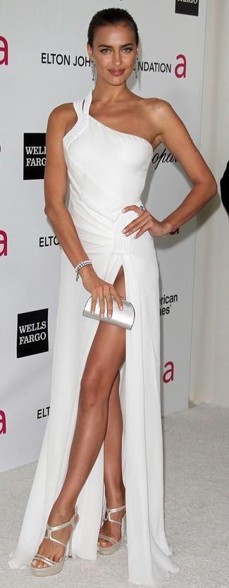 Как и с чем носить: белое вечернее платье, серебряные кожаные босоножки на каблуке, серебряный кожаный клатч, серебряный браслет