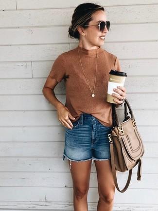 Как и с чем носить: табачная водолазка без рукавов, синие джинсовые шорты, коричневая кожаная сумка-саквояж, темно-коричневые солнцезащитные очки