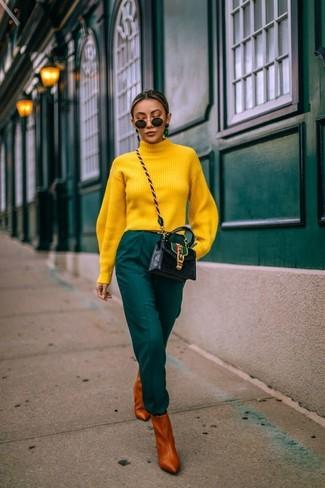 Табачные кожаные ботильоны: с чем носить и как сочетать: Желтая водолазка и темно-зеленые брюки-галифе — это тот ансамбль, в котором ты непременно будешь притягивать взгляды. Пара табачных кожаных ботильонов очень органично вписывается в этот лук.