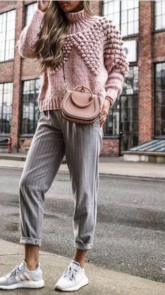 Как и с чем носить: розовая вязаная водолазка, серые брюки-галифе в вертикальную полоску, серые кроссовки, розовая кожаная сумка через плечо