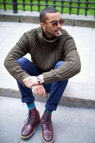 Как и с чем носить: оливковая вязаная водолазка, темно-синие брюки чинос, темно-красные кожаные ботинки броги, коричневые солнцезащитные очки с леопардовым принтом