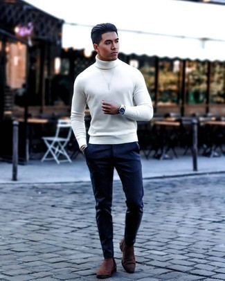 Мужские луки: Если превыше всего ты ценишь комфорт и практичность, тебе полюбится такое сочетание белой водолазки и темно-синих брюк чинос. Коричневые замшевые ботинки челси добавят образу немного консерватизма.