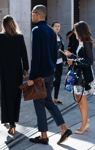 Коричневый кожаный мужской клатч: с чем носить и как сочетать мужчине: Стильное сочетание темно-синей шерстяной водолазки и коричневого кожаного мужского клатча подходит для случаев, когда комфорт ставится превыше всего. Не прочь сделать лук немного строже? Тогда в качестве обуви к этому ансамблю, выбери черные кожаные плетеные лоферы с кисточками.