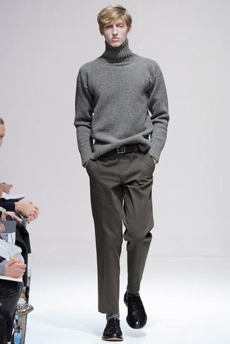 С чем носить серую шерстяную водолазку мужчине: Серая шерстяная водолазка и оливковые брюки чинос — беспроигрышный вариант, если ты ищешь простой, но в то же время модный мужской ансамбль. Черные кожаные туфли дерби добавят ансамблю стильной строгости.