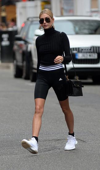 Как и с чем носить: черная водолазка, черно-белые велосипедки, белые кроссовки, черная кожаная сумка через плечо