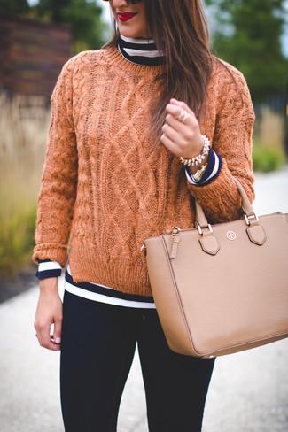 Как и с чем носить: темно-сине-белая водолазка в горизонтальную полоску, светло-коричневый вязаный свитер, черные джинсы скинни, светло-коричневая кожаная большая сумка