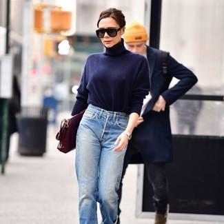 Как и с чем носить: темно-синяя водолазка, голубые джинсы-бойфренды, темно-красная кожаная сумка-саквояж, черные солнцезащитные очки