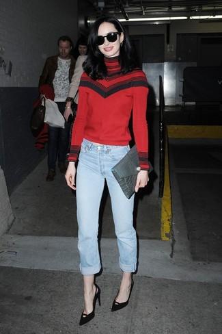 Как и с чем носить: красная водолазка в горизонтальную полоску, голубые джинсы-бойфренды, черные замшевые туфли, серый кожаный клатч со змеиным рисунком