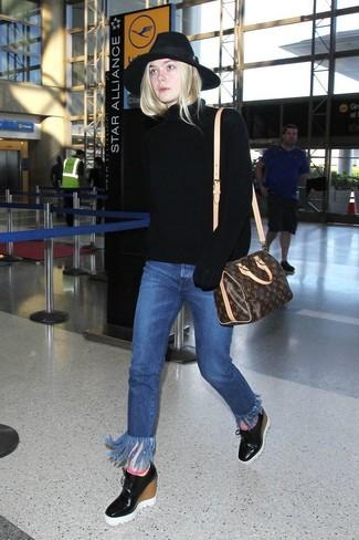 Как и с чем носить: черная вязаная водолазка, синие джинсы c бахромой, черные кожаные ботильоны на танкетке, темно-коричневая кожаная спортивная сумка с принтом