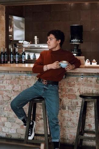 С чем носить синие джинсы мужчине: Несмотря на свою простоту, сочетание табачной водолазки и синих джинсов приходится по душе стильным молодым людям, неизбежно покоряя при этом сердца девушек. Ты можешь легко приспособить такой ансамбль к повседневным реалиям, дополнив его черно-белыми высокими кедами из плотной ткани.