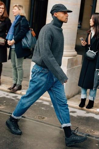 Модные мужские луки 2020 фото: Если ты ценишь комфорт и функциональность, тебе полюбится это дуэт темно-серой вязаной водолазки и синих джинсов. черные кроссовки добавят облику легкости и динамичности.