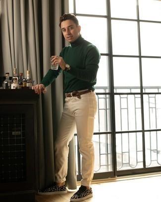 С чем носить темно-зеленую водолазку мужчине: Дуэт темно-зеленой водолазки и бежевых джинсов как нельзя лучше подчеркнет твою индивидуальность. Пара черно-белых низких кед из плотной ткани с принтом выигрышно вписывается в этот лук.