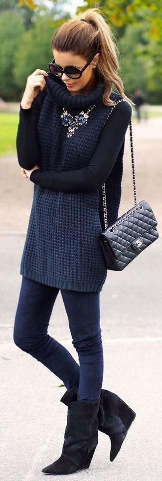 Как и с чем носить: темно-синяя вязаная водолазка, темно-синие джинсы скинни, черные замшевые ботильоны на танкетке, черная кожаная стеганая сумка-саквояж