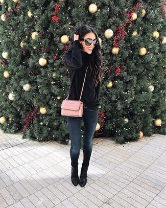 Как и с чем носить: черная бархатная водолазка, темно-синие джинсы скинни, черные кожаные ботильоны, розовая кожаная стеганая сумка через плечо