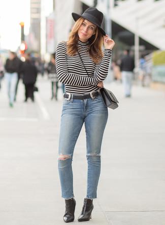Голубые рваные джинсы скинни: с чем носить и как сочетать: Ансамбль из черно-белой водолазки в горизонтальную полоску и голубых рваных джинсов скинни позволит составить нескучный образ в непринужденном стиле. В тандеме с этим ансамблем наиболее выгодно будут выглядеть черные кожаные ботильоны.
