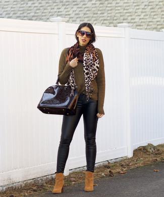 Как и с чем носить: оливковая водолазка, черные кожаные джинсы скинни, светло-коричневые замшевые ботильоны, черная кожаная сумка-саквояж