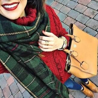 Как и с чем носить: красная шерстяная вязаная водолазка, синие джинсы скинни, светло-коричневые замшевые ботинки челси, светло-коричневая кожаная большая сумка