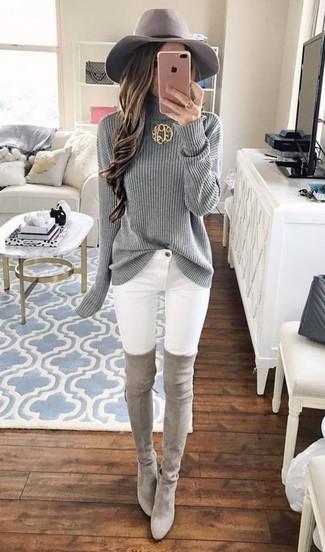 Как и с чем носить: серая вязаная водолазка, белые джинсы скинни, серые замшевые ботфорты, серая шерстяная шляпа