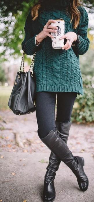 Как и с чем носить: темно-зеленая вязаная водолазка, черные джинсы скинни, черные кожаные ботфорты, черная кожаная сумка-мешок