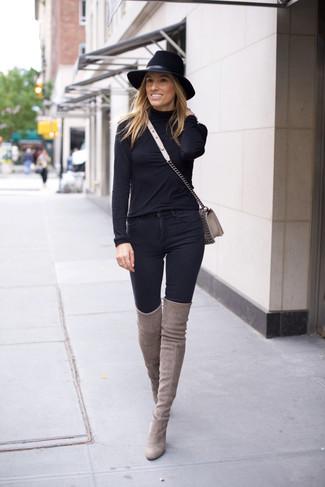 Как и с чем носить: черная водолазка, черные джинсы скинни, серые замшевые ботфорты, серая кожаная сумка через плечо