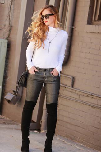 Как и с чем носить: белая водолазка, темно-серые джинсы скинни, черные замшевые ботфорты, черная кожаная сумка через плечо