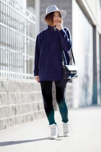 Как и с чем носить: темно-синяя водолазка, черные джинсы скинни, белые кожаные кроссовки на танкетке, черная кожаная сумка через плечо