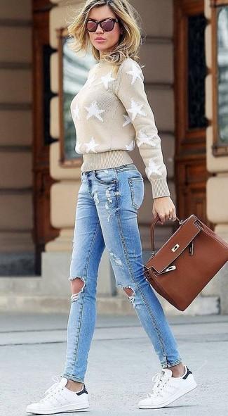 Как и с чем носить: бежевая водолазка со звездами, голубые рваные джинсы скинни, белые кожаные низкие кеды, коричневая кожаная сумка-саквояж