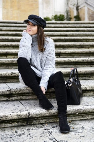 Как и с чем носить: серая шерстяная вязаная водолазка, черные джинсы скинни, черные замшевые полусапоги, черная кожаная большая сумка