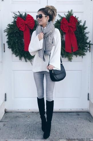 Как и с чем носить: белая шерстяная вязаная водолазка, серые джинсы скинни, черные замшевые сапоги, черная кожаная сумка через плечо