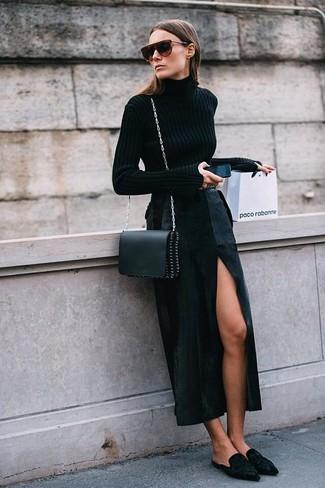 Как и с чем носить: черная водолазка, черная длинная юбка с разрезом, черные замшевые сабо, черная кожаная сумка через плечо